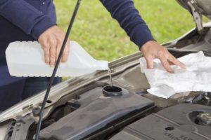 A aguá é um dos itens no carro para checar