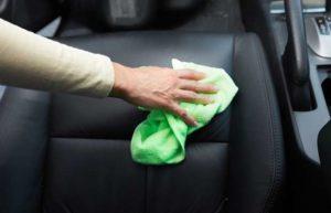 Limpamdo o estofado do carro
