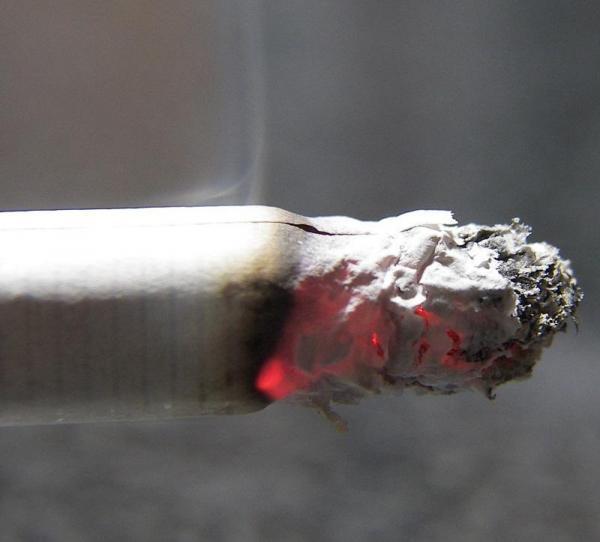 Como tirar o cheiro de cigarro do carro