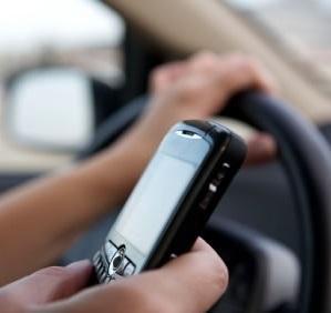Dirigir mexendo no celular