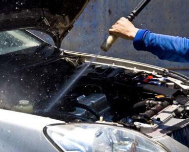 Lavando o motor do carro