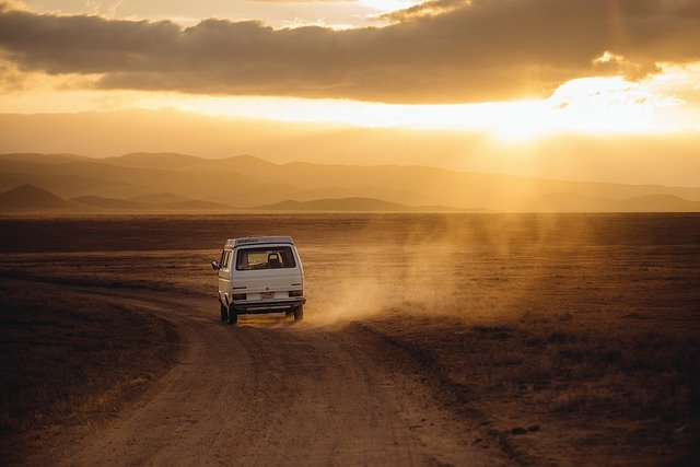 dirigir em estrada de terra